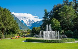 Springbrunnen im Kursaalpark Interlaken, im Hintergrund die Jungfrau