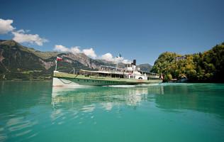 Das Dampfschiff Lötschberg unterwegs auf dem türkisfarbenen Brienzersee