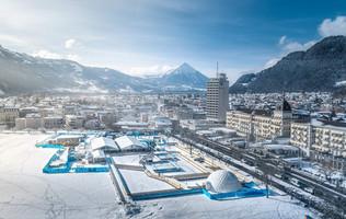 Verschneite Höhematte mit Gelände des Top of Europe ICE MAGIC