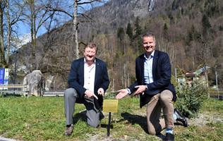 Philippe Ritschard und Daniel Sulzer bei den Wachholder Büschen zu Ehren des 95. Geburtstages der Quenn