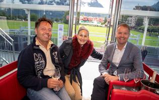 Daniel Sulzer mit der Betreiberfamilie Bourqin auf dem Riesenrad in Interlaken