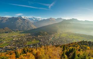 Blick vom Harder Kulm über das herbstliche Interlaken mit Eiger, Mönch und Jungfrau